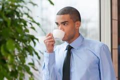 Chiuda sul ritratto del caffè bevente dell'uomo d'affari fotografia stock
