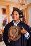 Chiuda sul ritratto del giovane indigeno latino bello con le cuffie Fotografie Stock