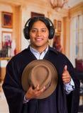 Chiuda sul ritratto del giovane indigeno latino bello con le cuffie Fotografia Stock Libera da Diritti