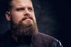Chiuda sul ritratto del maschio barbuto brutale immagini stock