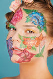 Chiuda sul ritratto del modello della donna con il disegno della mano Immagine Stock