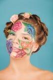 Chiuda sul ritratto del modello della donna con il disegno della mano Immagini Stock Libere da Diritti