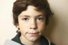 Chiuda sul ritratto del ragazzo teenager europeo Immagine Stock