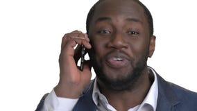 Chiuda sul ritratto dell'uomo d'affari nero che parla sul telefono stock footage