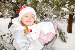Chiuda sul ritratto della bambina felice adorabile che ghigna felicemente alla macchina fotografica un giorno soleggiato del ` s  Immagini Stock