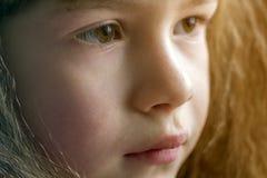 Chiuda sul ritratto della bambina sorridente felice con bei capelli spessi fotografia stock