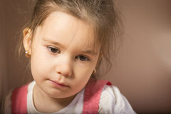 Chiuda sul ritratto della bambina triste fotografie stock
