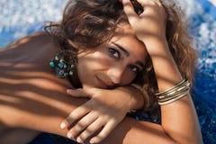 Chiuda sul ritratto della donna alla moda di boho sulla spiaggia Fotografia Stock