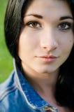 Chiuda sul ritratto della donna attraente Fotografia Stock