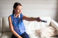 Chiuda sul ritratto della donna con telecomando Fotografia Stock Libera da Diritti