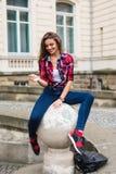 Chiuda sul ritratto della donna di modo della ragazza abbastanza d'avanguardia dei giovani che posa alla città di estate di Europ Fotografie Stock