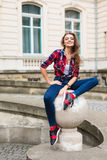 Chiuda sul ritratto della donna di modo della ragazza abbastanza d'avanguardia dei giovani che posa alla città di estate di Europ Fotografia Stock Libera da Diritti