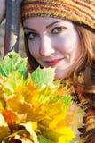 Chiuda sul ritratto della donna russa di autunno Immagini Stock Libere da Diritti