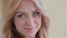 Chiuda sul ritratto della giovane donna bionda stock footage
