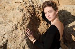Chiuda sul ritratto della giovane donna elegante Fotografia Stock