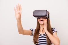 Chiuda sul ritratto della giovane donna felice stupita in tryi degli occhiali di protezione 3D Fotografia Stock Libera da Diritti