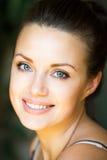 Chiuda sul ritratto della giovane donna sorridente felice fotografia stock libera da diritti