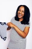 Chiuda sul ritratto della pancia della donna incinta isolato su fondo bianco, il choise del genere, simile vestito a strisce fotografie stock libere da diritti