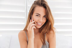 Chiuda sul ritratto della ragazza in bikini che parla sul telefono fotografie stock libere da diritti