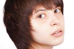 Chiuda sul ritratto della ragazza graziosa su bianco fotografia stock libera da diritti