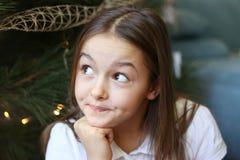 Chiuda sul ritratto di bella bambina con l'espressione scettica del fronte immagini stock libere da diritti
