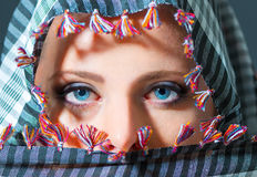 Chiuda sul ritratto di bella donna con gli occhi azzurri che indossano lo Sc Fotografia Stock Libera da Diritti