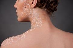 Chiuda sul ritratto di bella ragazza con arte del fronte Immagini Stock Libere da Diritti