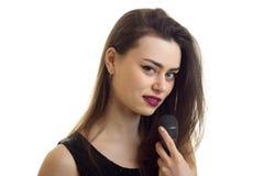 Chiuda sul ritratto di bella ragazza con compongono e microfono in mani fotografia stock libera da diritti