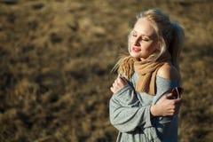 Chiuda sul ritratto di bellezza della giovane donna con bello trucco fotografia stock libera da diritti