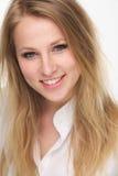 Chiuda sul ritratto di bello giovane sorridere biondo della donna fotografia stock