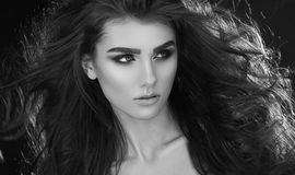 Chiuda sul ritratto di donna molto bella con il Cu sano del volume Fotografie Stock