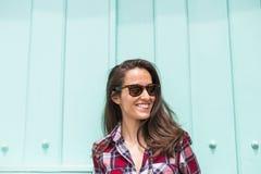 Chiuda sul ritratto di giovane bella donna sopra un turchese bl Fotografia Stock Libera da Diritti