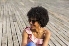 Chiuda sul ritratto di giovane bello woma afroamericano felice Immagine Stock Libera da Diritti