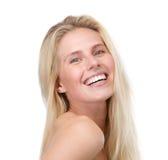 Chiuda sul ritratto di giovane donna bionda sorridente fotografia stock