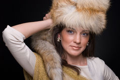 Chiuda sul ritratto di giovane donna di modo in pelliccia Immagini Stock Libere da Diritti