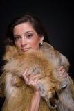 Chiuda sul ritratto di giovane donna di modo in pelliccia Fotografie Stock