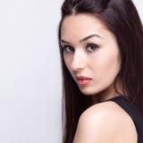 Chiuda sul ritratto di giovane donna sensuale Fotografia Stock