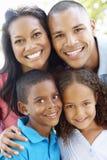 Chiuda sul ritratto di giovane famiglia afroamericana Fotografia Stock