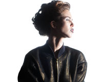 Chiuda sul ritratto di giovane modello femminile isolato su backgr bianco fotografia stock
