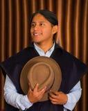 Chiuda sul ritratto di giovane uomo dell'America latina indigeno Fotografia Stock