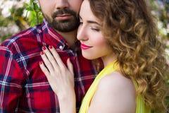 Chiuda sul ritratto di giovani belle coppie nell'amore Fotografie Stock