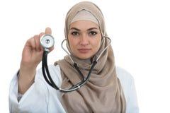 Chiuda sul ritratto di medico femminile arabo che sorride mentre per mezzo dello stetoscopio Fotografia Stock
