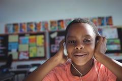 Chiuda sul ritratto di musica d'ascolto del ragazzo Fotografie Stock Libere da Diritti