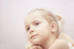 Chiuda sul ritratto di pensiero biondo della bambina Immagini Stock