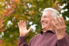 Chiuda sul ritratto di posa dell'uomo senior Fotografia Stock