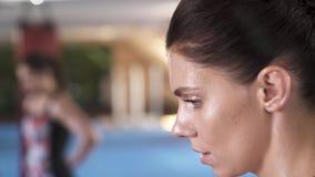 Chiuda sul ritratto di profilo della ragazza dell'atleta molto di respirazione dopo un allenamento duro archivi video