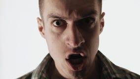 Chiuda sul ritratto di scrematura pazza pazza dell'uomo stock footage