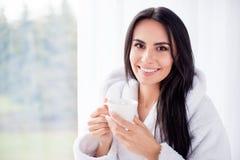 Chiuda sul ritratto di teenager castana splendido godendo del suo caffè Fotografia Stock