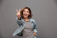 Chiuda sul ritratto di un adolescente grazioso allegro Fotografia Stock Libera da Diritti