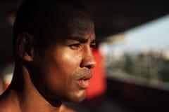 Chiuda sul ritratto di un distogliere lo sguardo africano bello dell'uomo Immagine Stock Libera da Diritti
